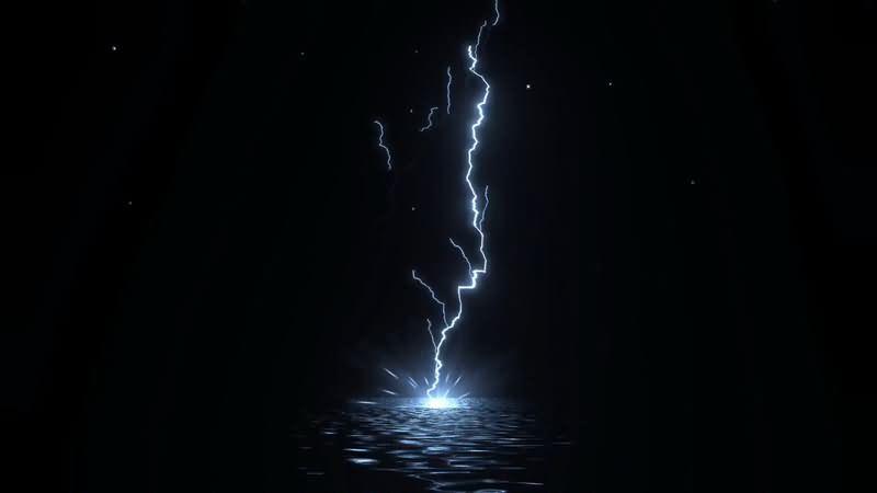 闪电轰击水面.jpg