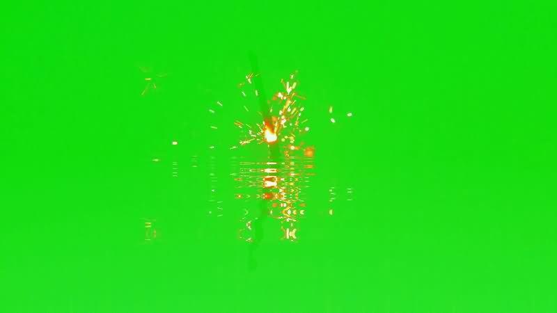 [4K]绿屏抠像水面上绽放的烟花.jpg